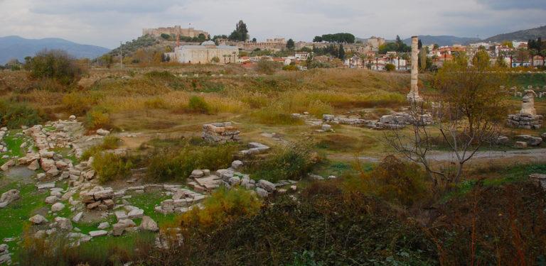 Место, где находился храм Артемиды Эфесской, куда Гераклит отдал свою книгу
