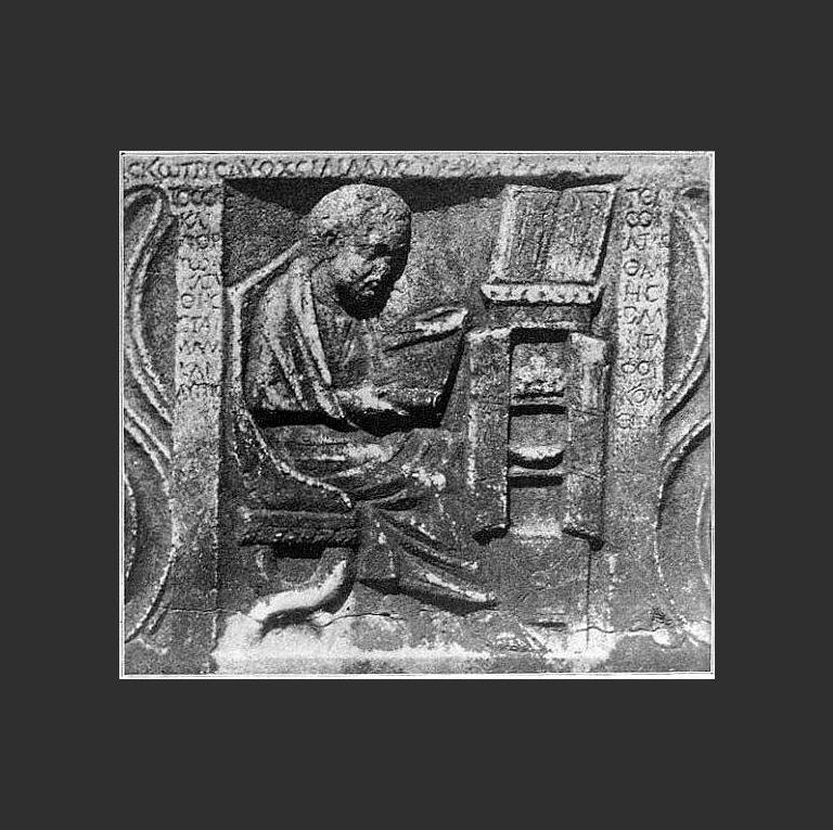 Римлянин читает книгу-свиток в библиотеке