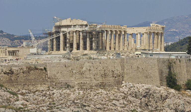 Вид на холм Акрополя, увенчанный Парфеноном