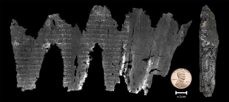 Виртуально развернутый свиток из Эйн Геди (слева), свиток в скрученном состоянии (справа). I-IV века н.э.