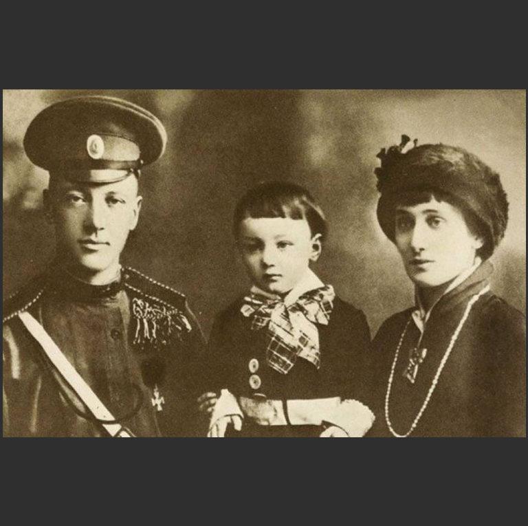 Анна Ахматова, Николай Гумилев и Лев Гумилев. 1916