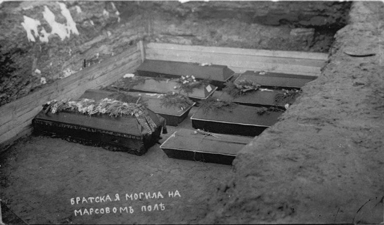 Братская могила жертв Февральской революции на Марсовом поле. 1917