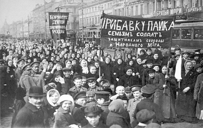 Демонстрация работниц Путиловского завода в первый день Февральской революции. 1917