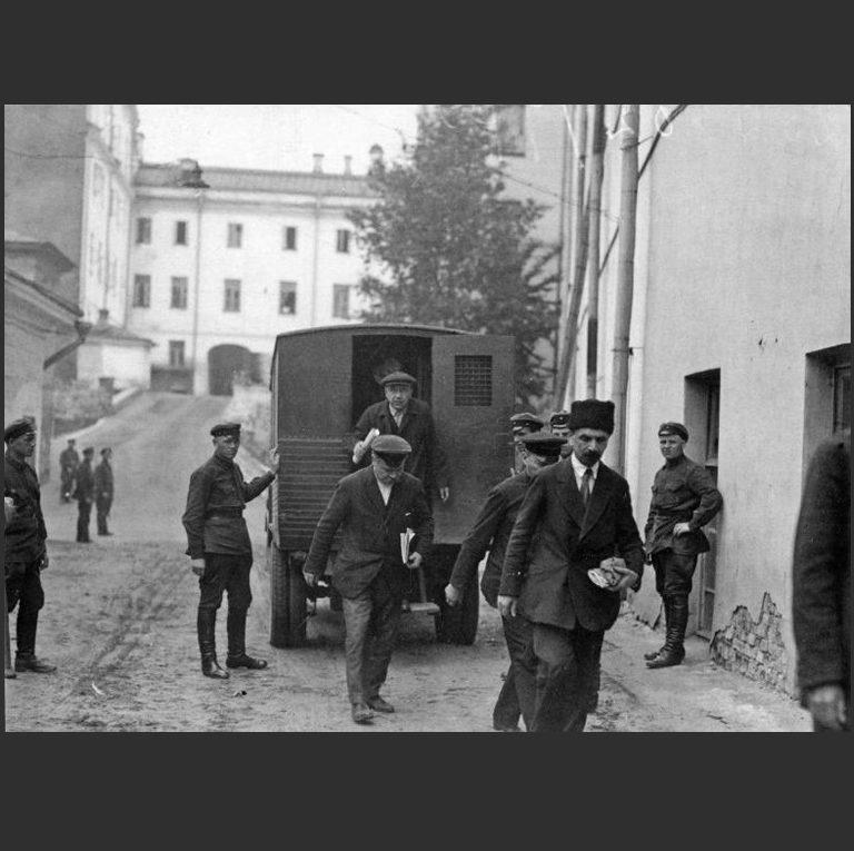 Доставка в суд обвиняемых по «Шахтинскому делу». 1928