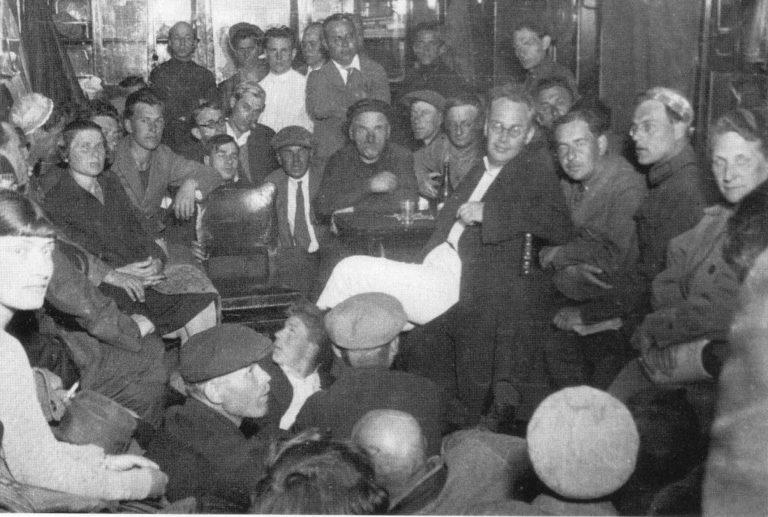 Ильф и Петров готовятся читать отрывки из романа «Золотой теленок» на электрозаводе «Самоточка». 1931