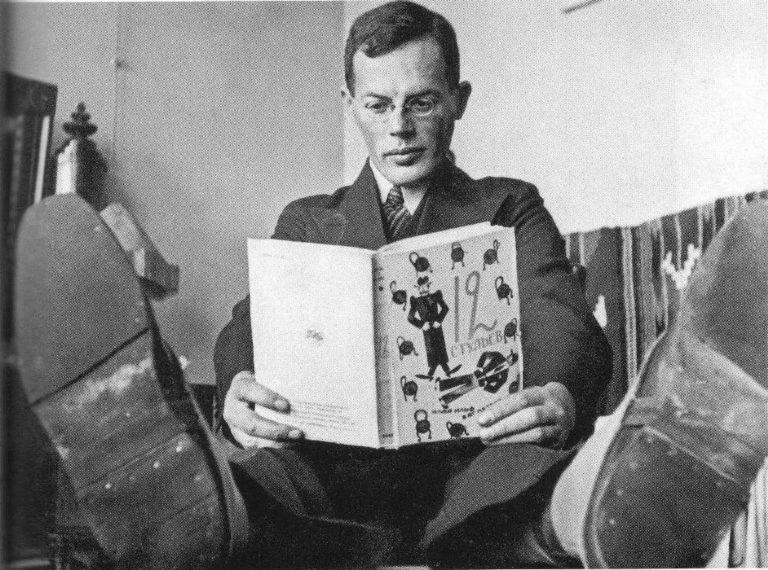 Илья Ильф с 3-м изданием романа «12 стульев». 1930