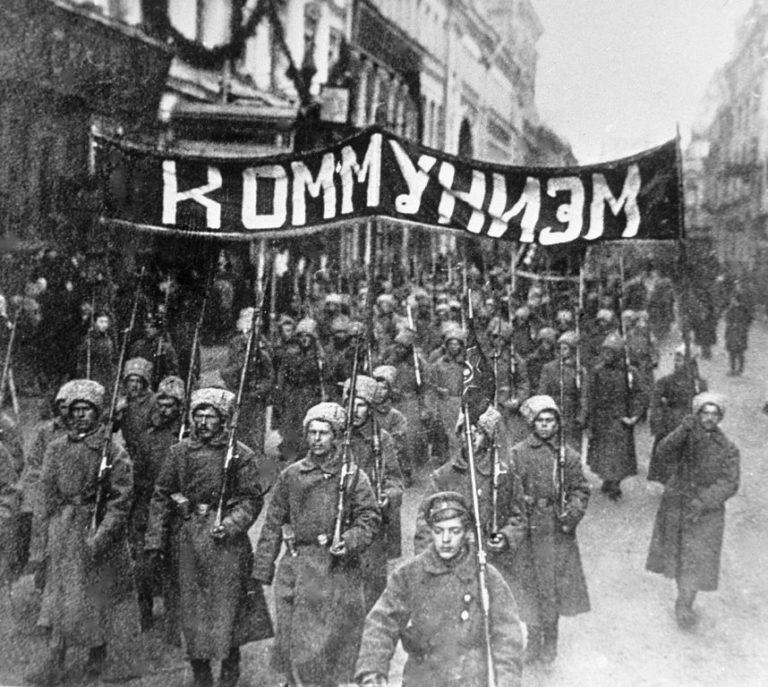 Колонна солдат идет с транспарантом по Никольской улице. 1917