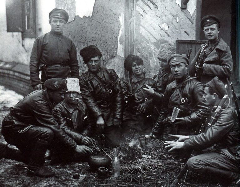 Красноармейцы у костра. 1919