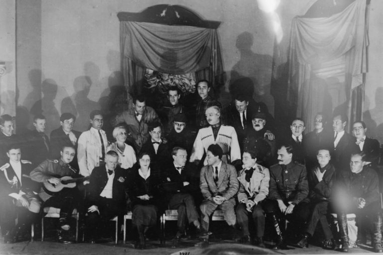 М. Булгаков (сидит в центре) с труппой Московского Художественного академического театра. 1926