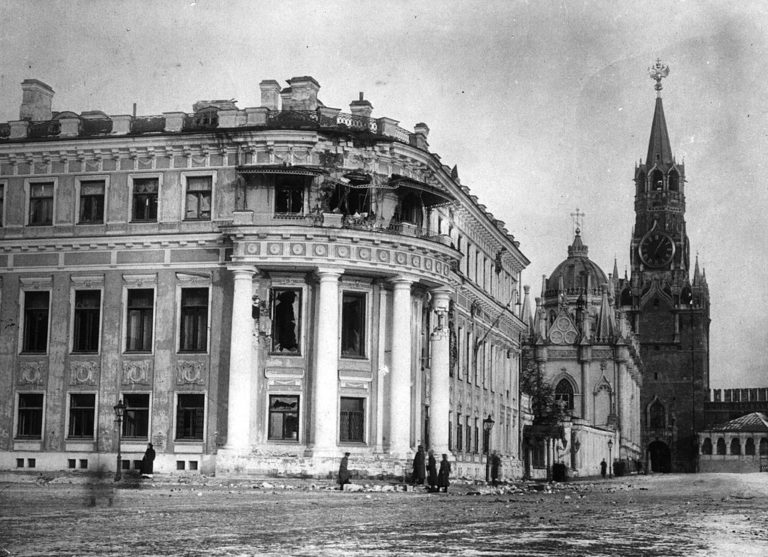 Малый Николаевский дворец в Кремле, повреждённый артиллерийским огнём большевиков. Москва, 1917