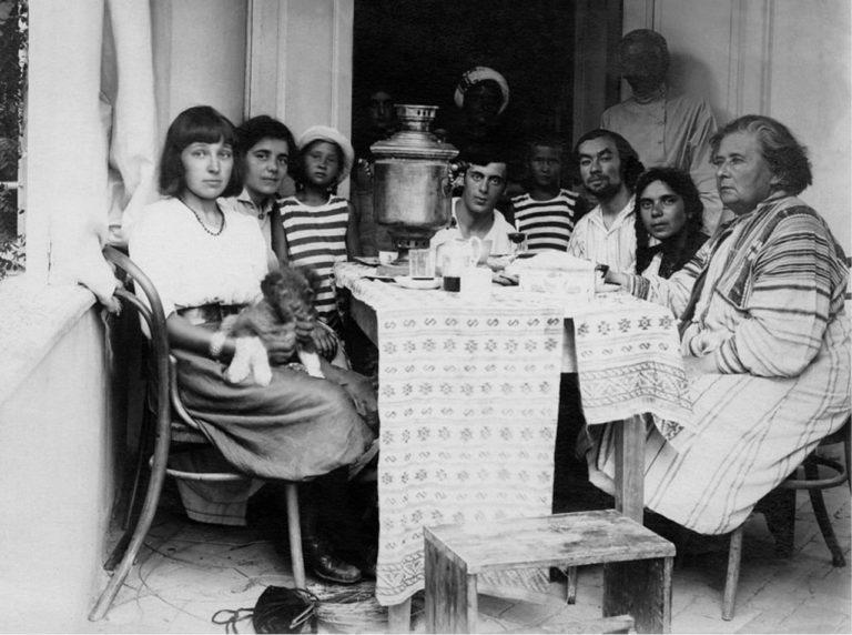 Марина Цветаева и Сергей Эфрон в доме Максимилиана Волошина в Коктебеле. 1911