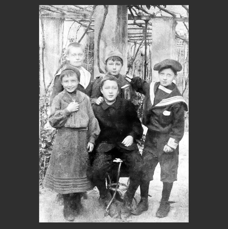 Марина Цветаева с сестрой и друзьями. 1903