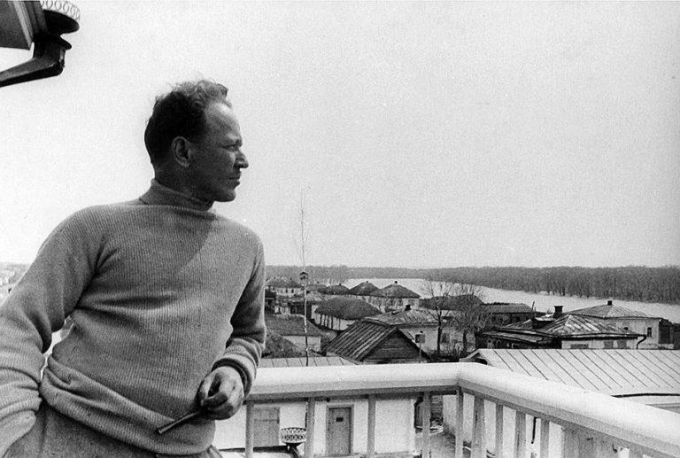 Михаил Шолохов на балконе своего дома. 1930-е