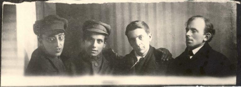 О.Э.Мандельштам. Фото с А.Э. Мандельштамом, Рюриком Ивневым и Д. Мильманом. 1919