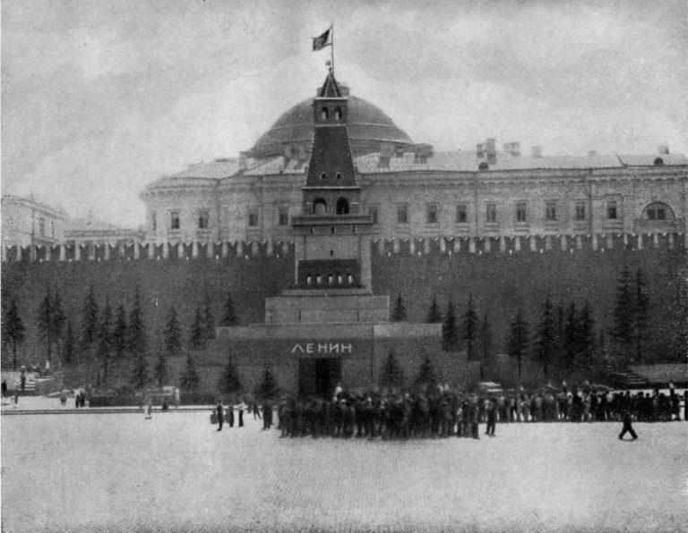 Очередь к Мавзолею В.И. Ленина. Ок. 1930