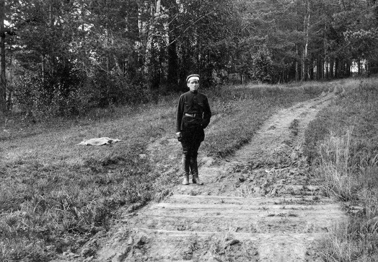 Один из участников расстрела на месте первого захоронения останков царской семьи. 1920-е