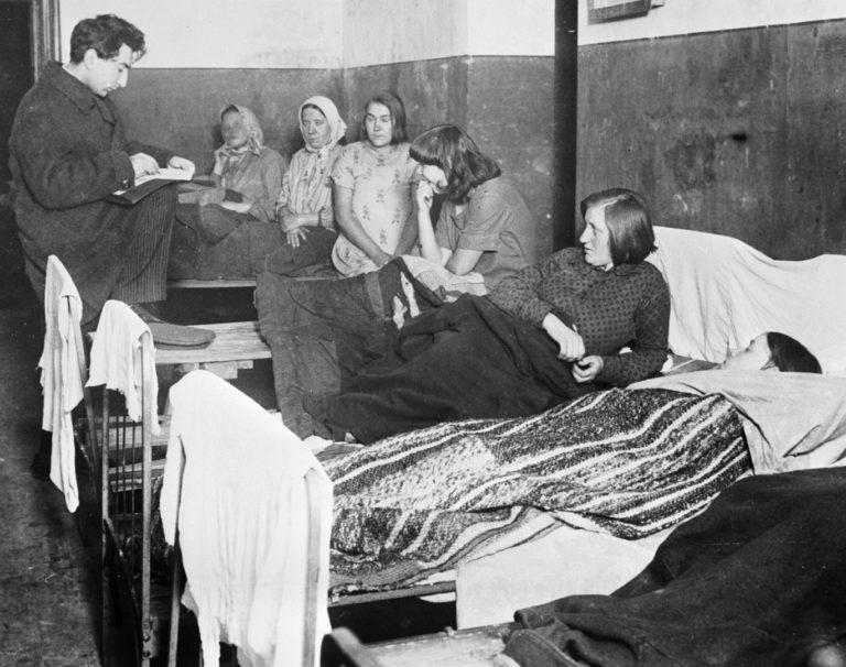 Перепись женщин в ночлежном доме. 1937