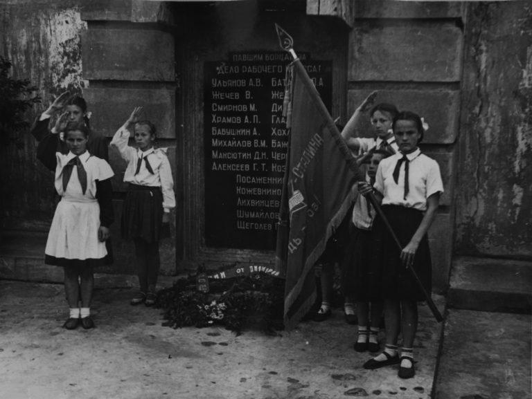 Пионеры у памятника борцам революции. 1955