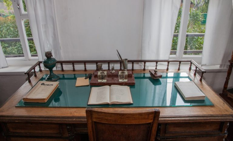 Письменный стол в доме М. А. Шолохова, где он жил в 1930–1940 гг.