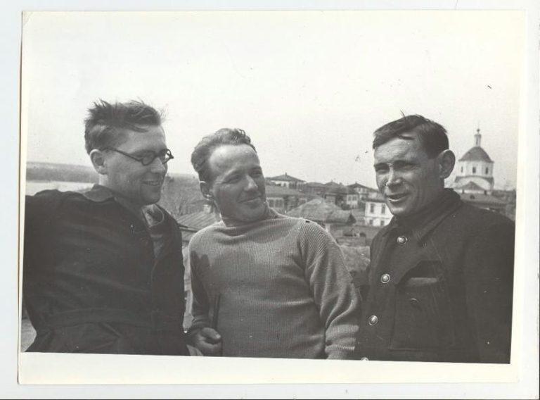 Слева направо: редактор Гослитиздата Ю. Лукин, М. Шолохов, секретарь райкома ВКП(б) П. Луговой. 1930-е