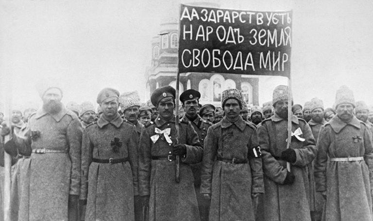 Солдаты с революционным лозунгом. Февраль 1917. Николаевск