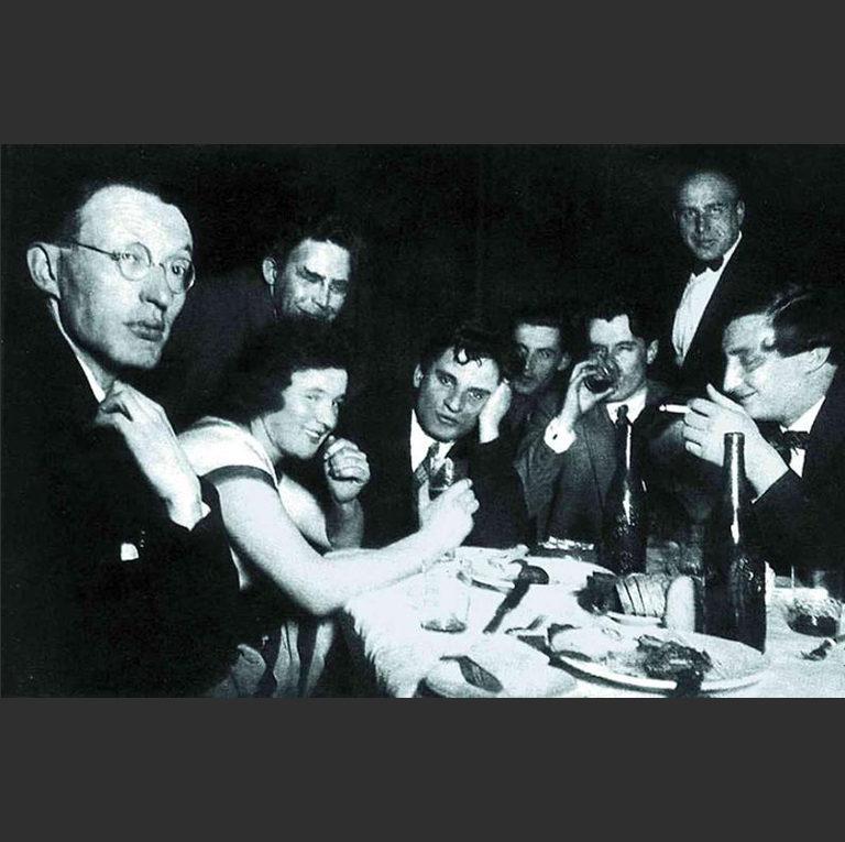 Сотрудники редакции «Гудка» в ресторане ВЦСПС. 1927