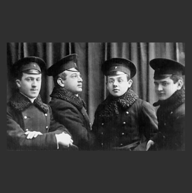 Студенты Одесского коммерческого училища: А. Вайнтрауб, А. Крахмальников, И. Бабель, И. Лившиц. 1912