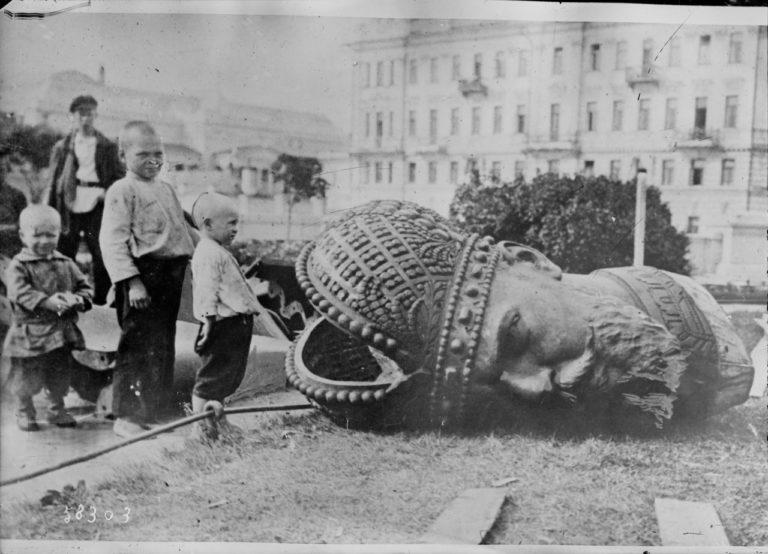 Свержение памятника императору Александру III. Москва, 1918