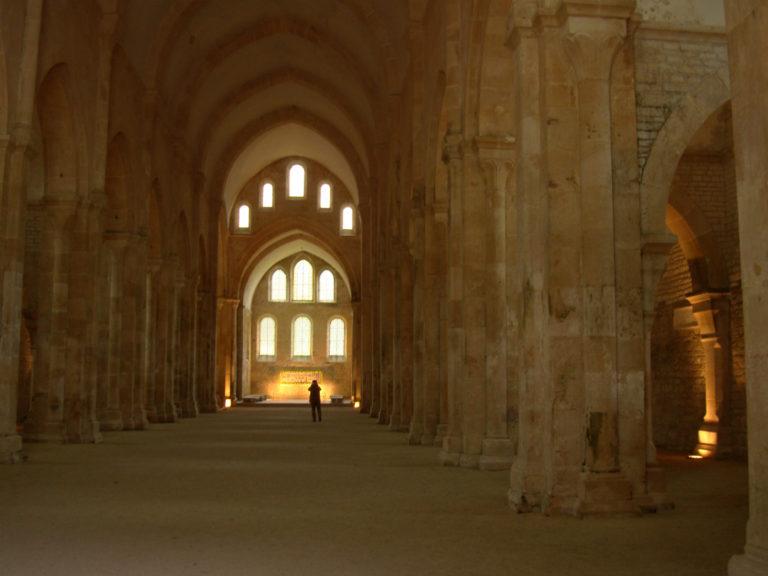 Центральный неф и хор церкви цистерцианского аббатства Фонтене. Середина XII в.