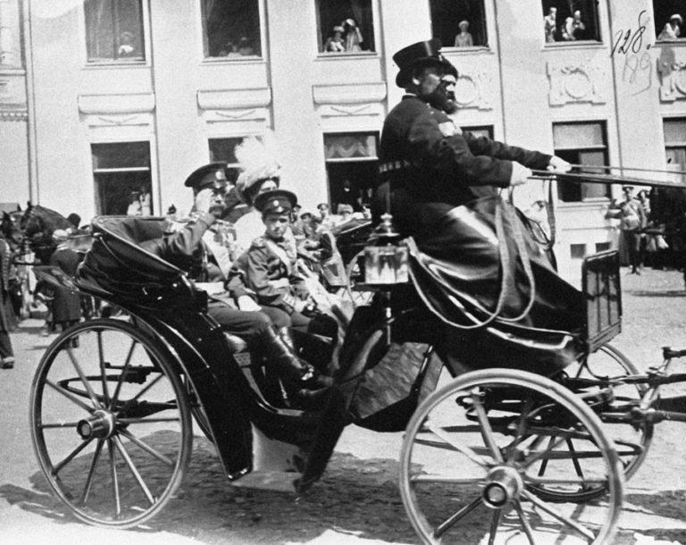 Император в коляске на торжествах по поводу празднования 300-летия дома Романовых
