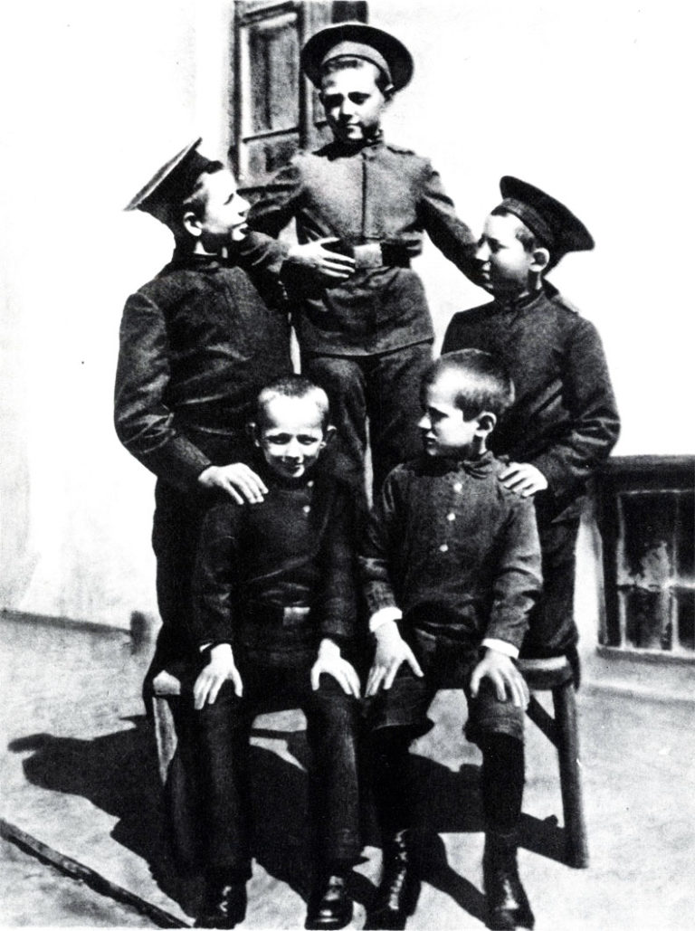 Ученики Богучарской гимназии. Слева сидит М. Шолохов