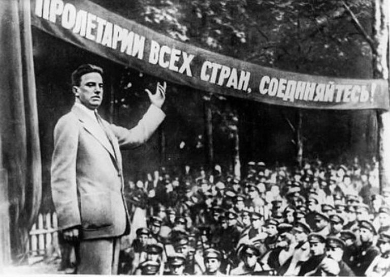 В. Маяковский выступает перед красноармейцами. 1929