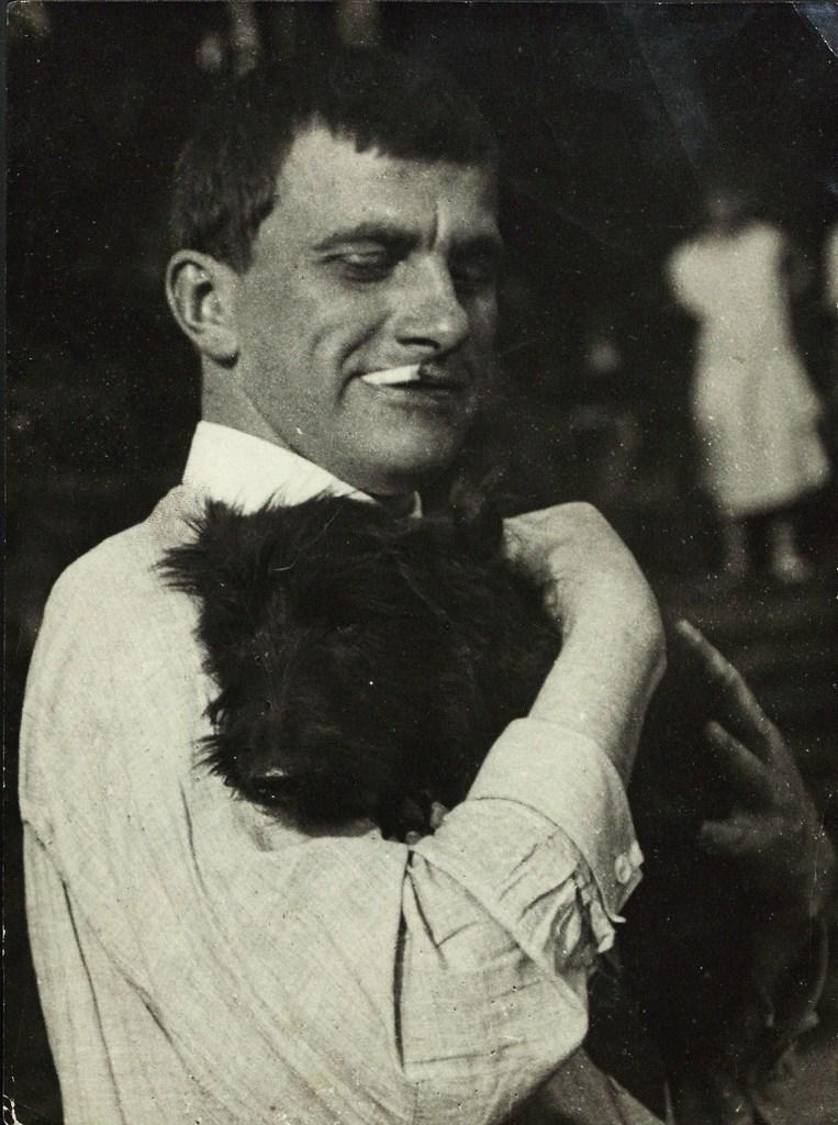 Владимир Маяковский с собакой Скотиком. 1924