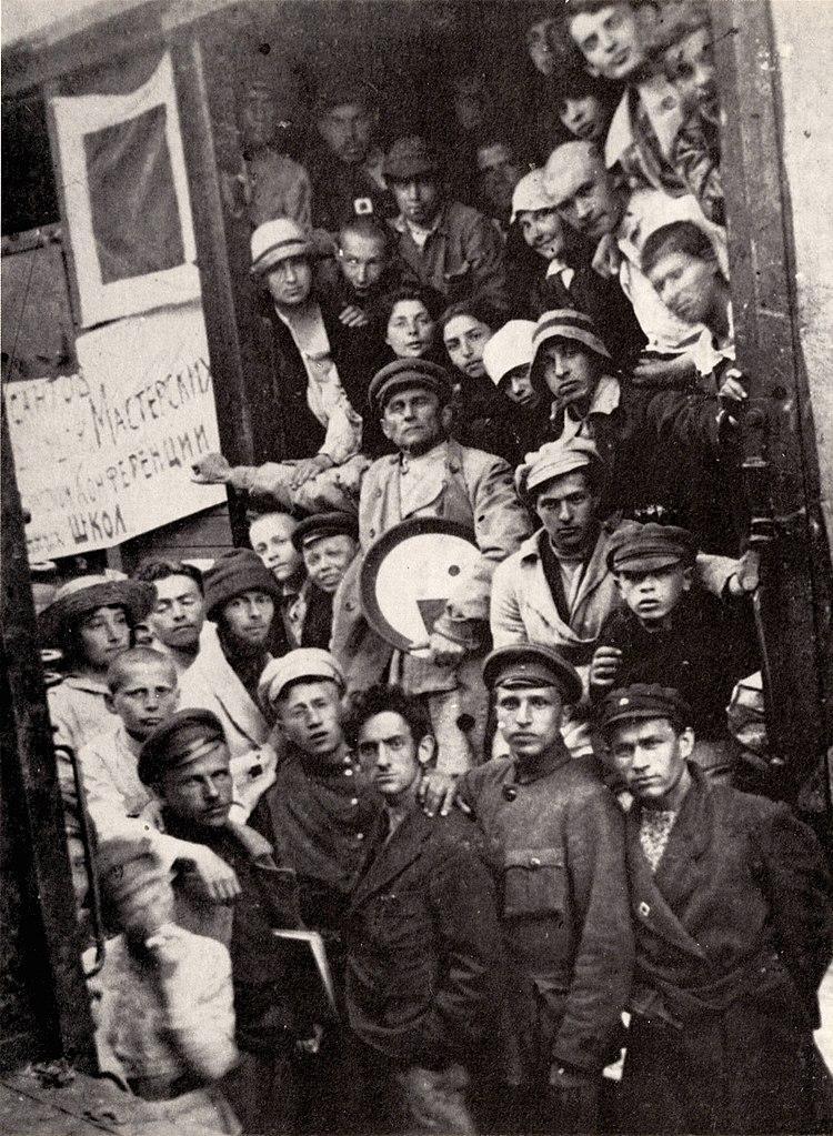 Члены группы УНОВИС. В центре – Казимир Малевич. Витебск, 1920