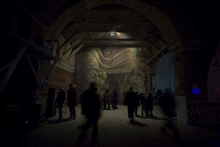 Инсталляция Дмитрия Гутова «Стопы» (Фрагмент картины А. Мантенья «Мёртвый Христос»). 2007