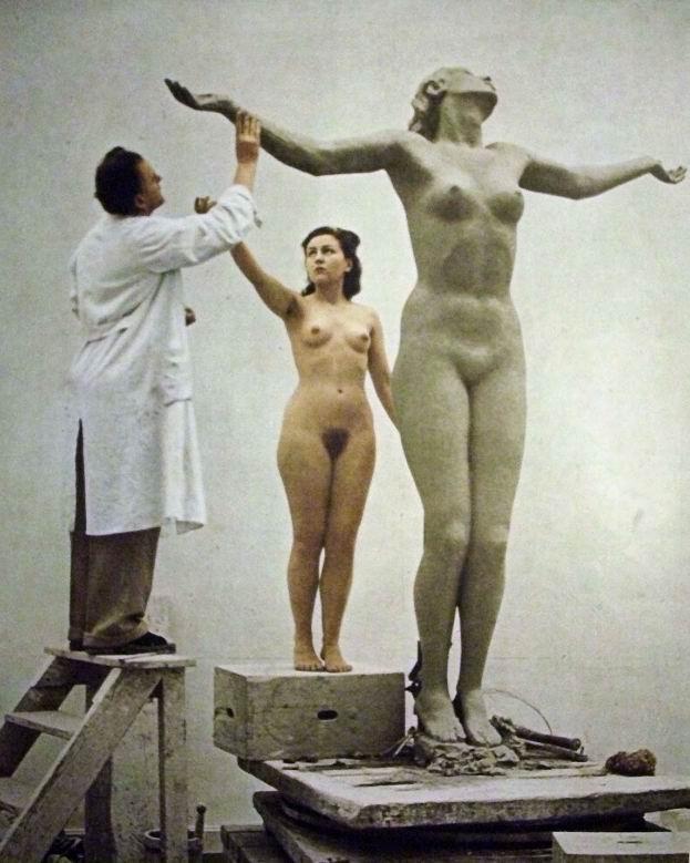 Йозеф Торак (нем. Josef Thorak, 1889–1952) с моделью и скульптурой. 1940