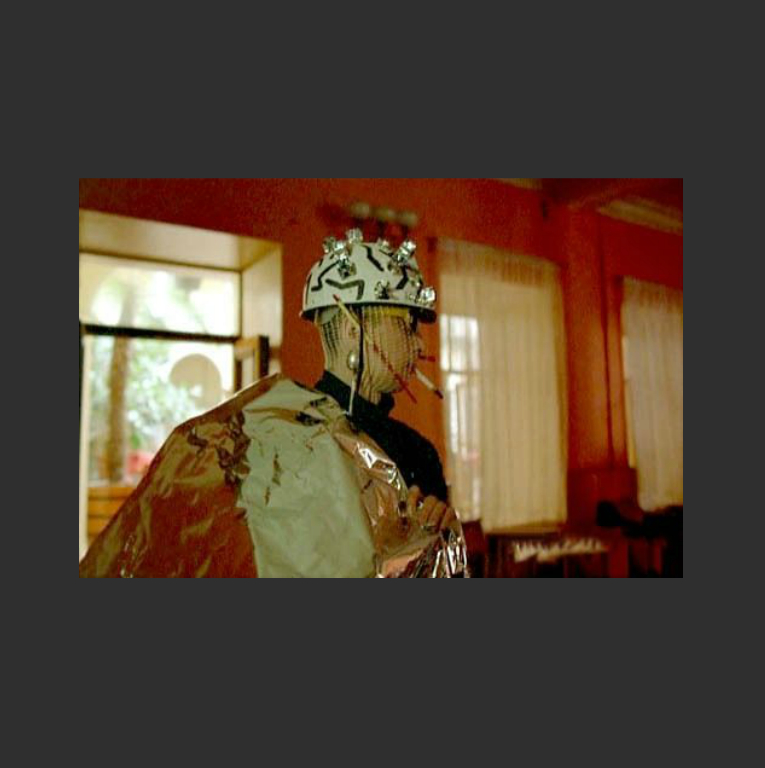 Костюм пришельца. Кадр из фильма «Асса». 1987