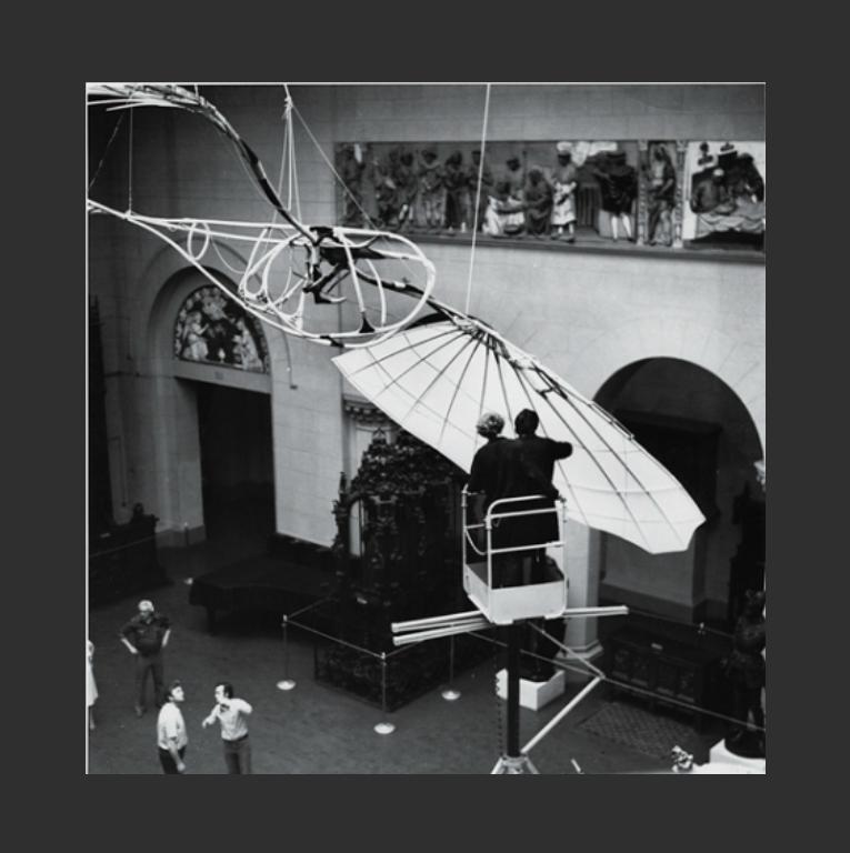 Монтаж «Летатлина» для выставки «Москва-Париж» в ГМИИ им. А.С. Пушкина. Москва, 1984