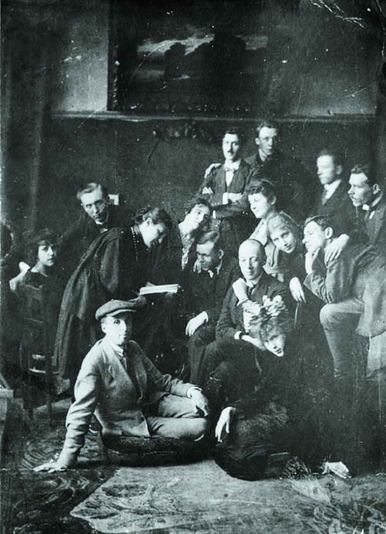 Николай Гумилев (сидит в центре) со своими учениками из кружка «Звучащая раковина». 1921 год