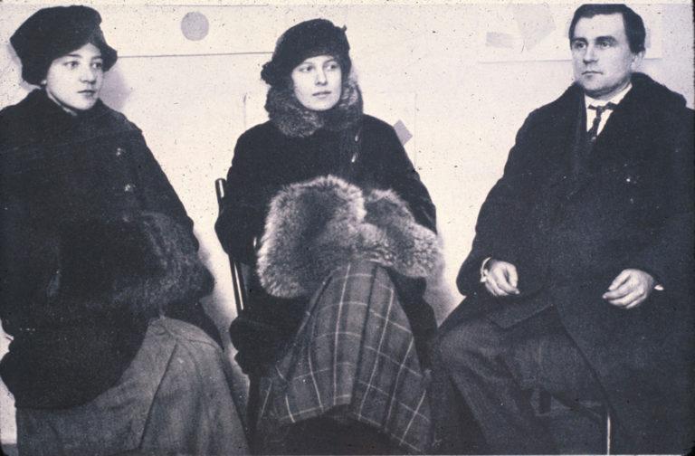 Ольга Розанова, Ксения Богуславская и Казимир Малевич на выставке «0,10». Петроград, 1915