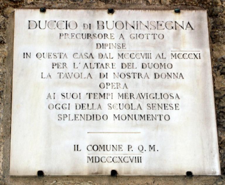 Памятная табличка на доме, в котором размещалась мастерская Дуччо