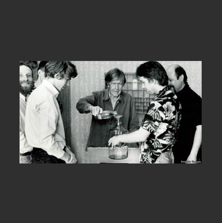 Перформанс Джона Кейджа «Водная симфония» в мастерской Сергея Бугаева. Ленинград, 1988
