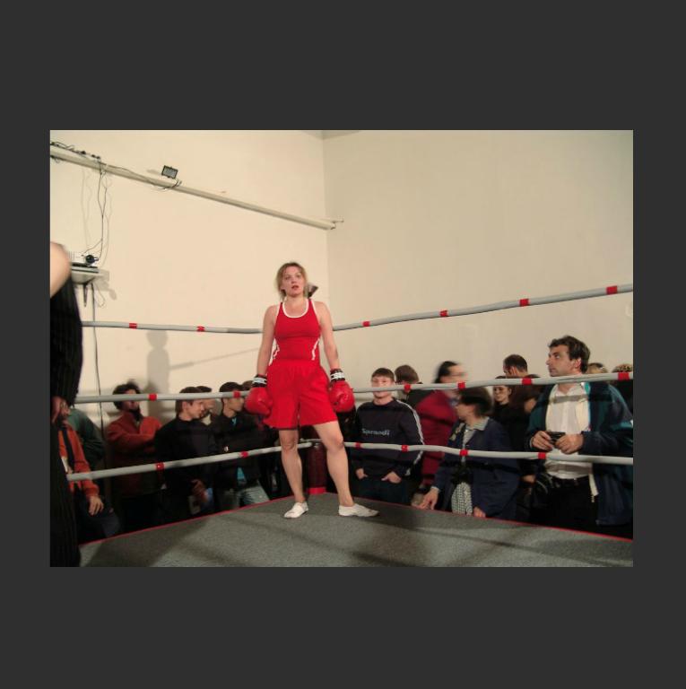 Перформанс Елены Ковылиной «Бокс». 2005