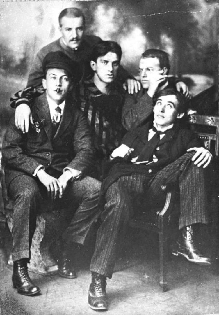 Слева направо: Бенедикт Лившиц, Владимир Бурлюк, Владимир Маяковский, Давид Бурлюк, Алексей Крученых