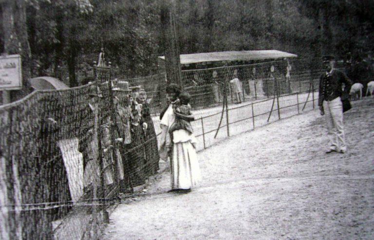 Сомалийская мама с ребёнком в «Человеческом зоопарке». Париж, 1895 г.