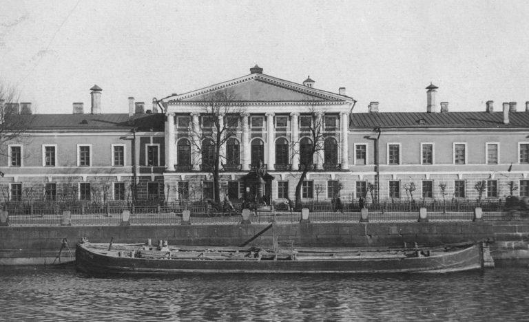 Вид на главный фасад здания Обуховской больницы со стороны Фонтанки