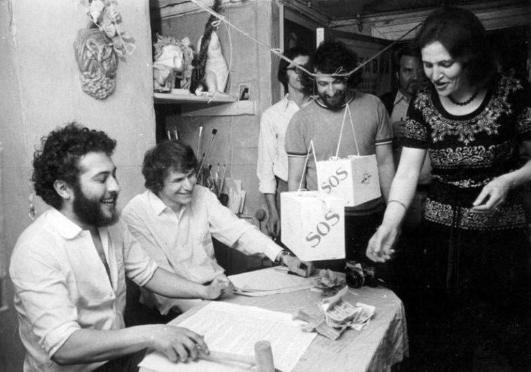 Виталий Комар, Александр Меламид и группа «Гнездо» во время акции «Первая беспошлинная торговля между СССР и США. Мы покупаем и продаём души». 1978