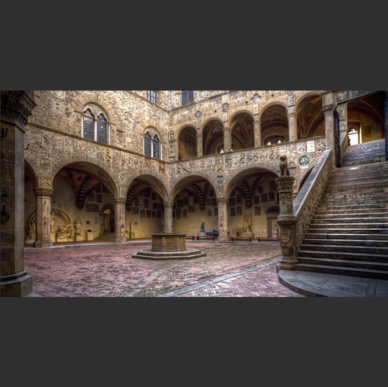 Внутренний дворик Барджелло. XIII–XIV вв. Флоренция