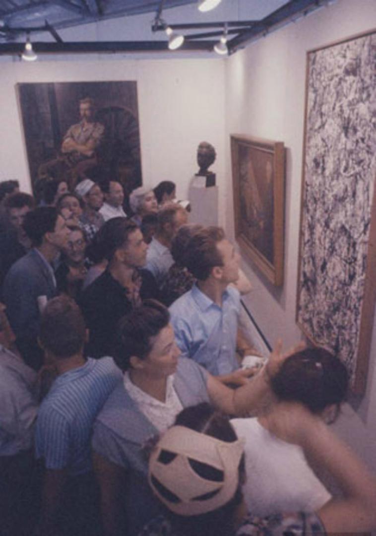 Зрители у работы Джексона Поллока на Американской национальной выставке в Москве. 1959