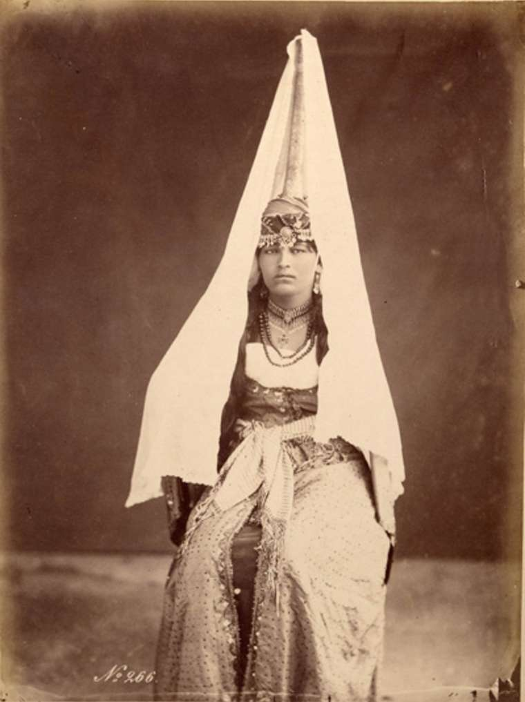 Друзская женщина в тантуре. Ливан, 1870-е